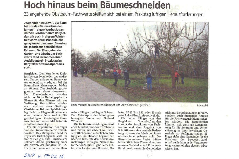 Zeitungsausschnitt mit Menschen, die Bäume schneiden