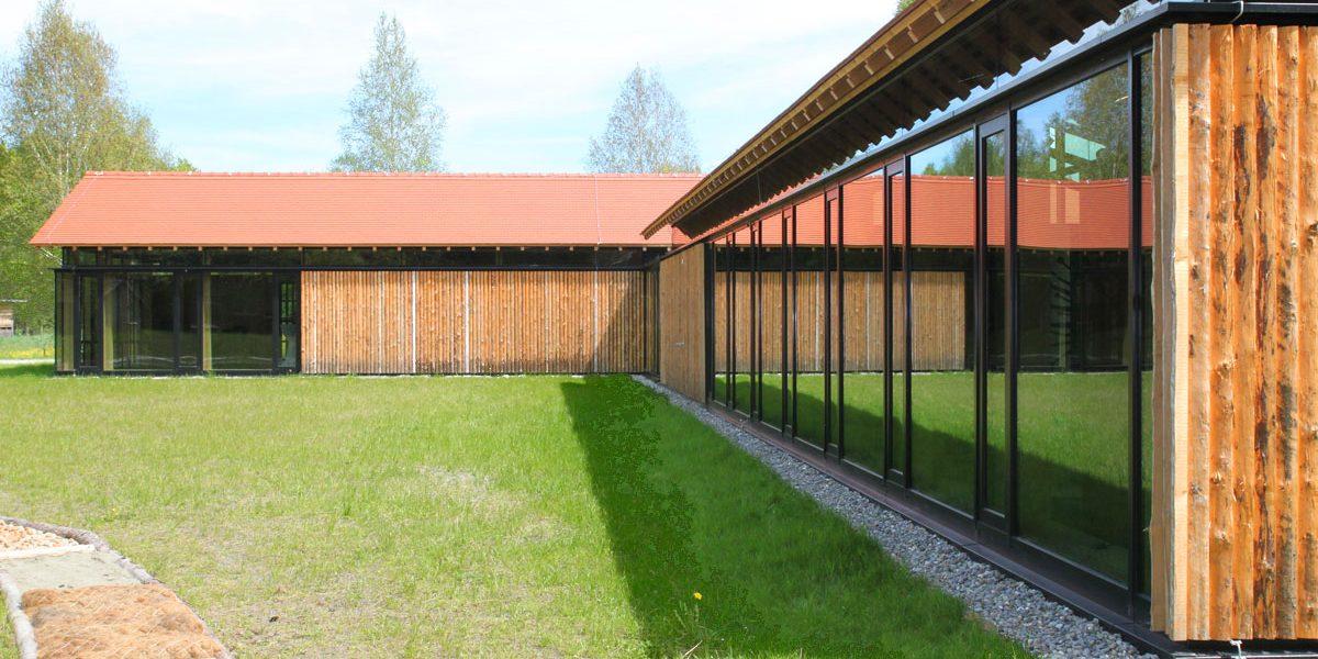 moderne Gebäude mit Holzverkleidung
