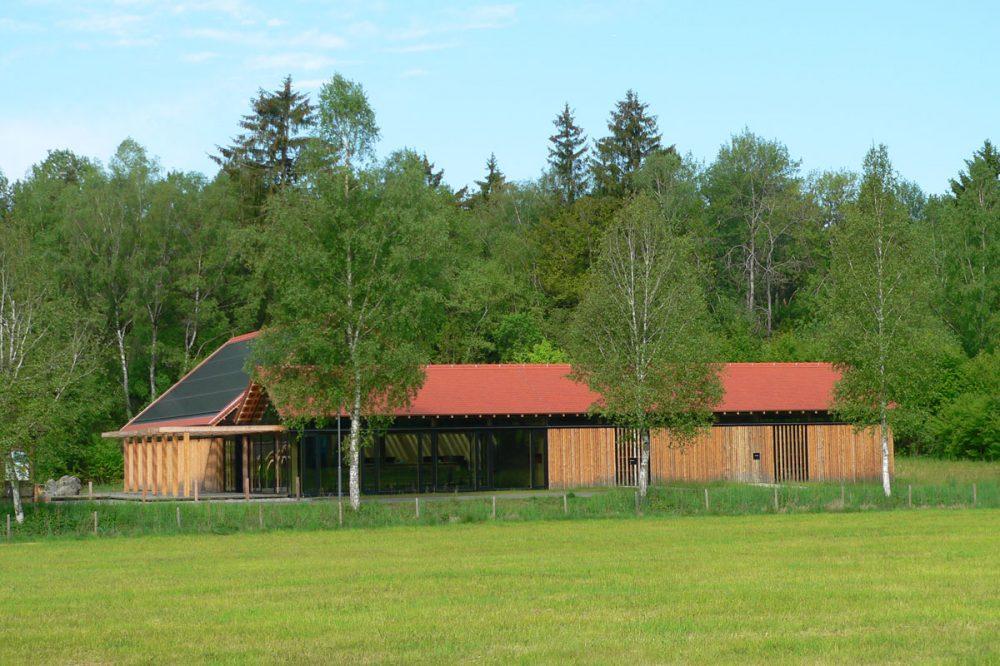 langgestrecktes Gebäude mit Holzverkleidung