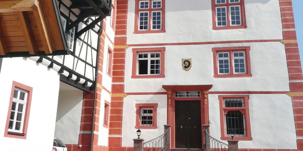 Schlossfassade in rot und weiß