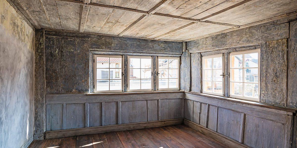 Historischer Innenraum mit Holzverkleidung