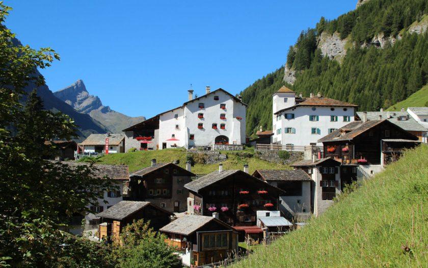 Bauernhäuser in einem Gebirgsdorf der Schweiz