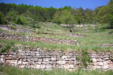 Mauern an einem steilen Hang