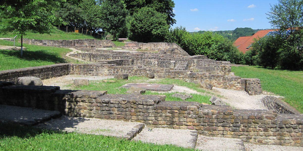 Ausgrabungsstätte mit alten Mauern