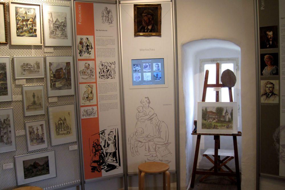 Ausstellungsgegenstände in einem Raum