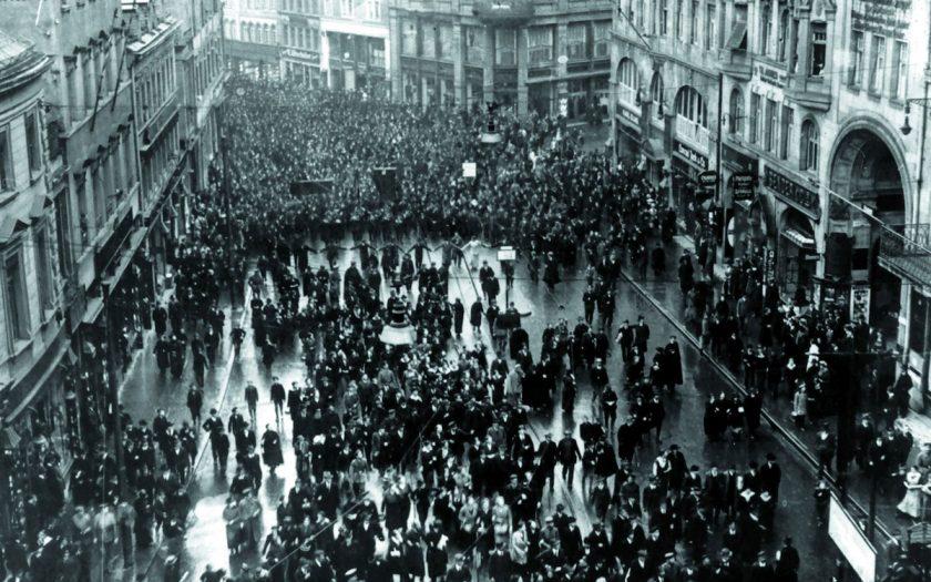 Menschenmassen auf der Straße