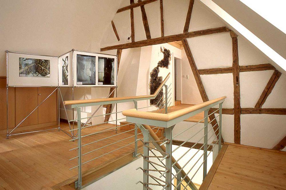 Fachwerkwand und moderne Treppe