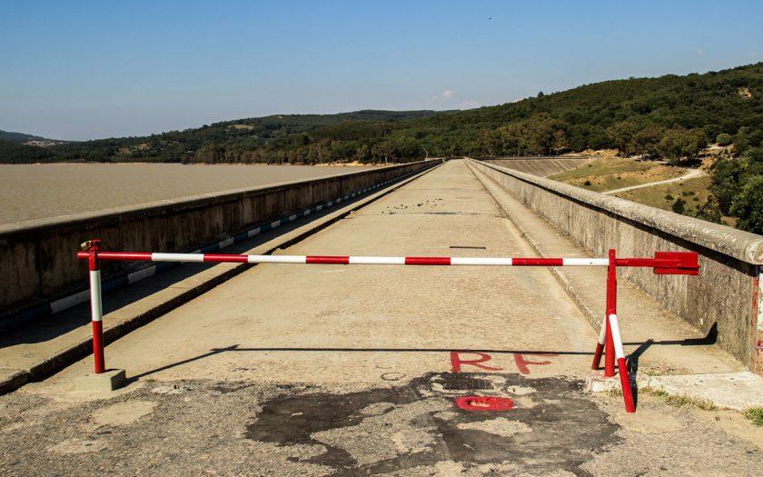 "Straßensperre / Foto: Wikipedia/Elarbi alaeddin - Eigenes Werk, lizensiert unter CC BY-SA 3.0, https://commons.wikimedia.org/w/index.php?curid=40868543"""