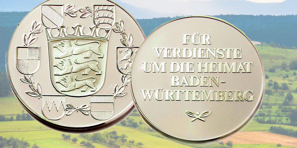 zwei Medaillen vor einer Landschaft