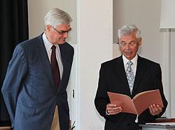 zwei Herren mit einer Urkunde