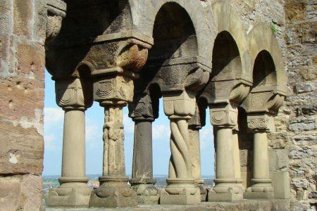verschiedenartige Säulen