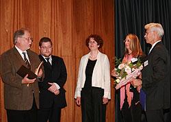 fünf Personen auf einer Bühne