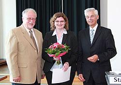 drei Personen mit einem Blumenstrauß